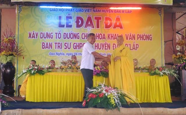 Ông Nguyễn Văn Viện, tỉnh ủy viên, bí thư huyện ủy Đăk R'lấp cúng dường xây dựng nhà Tổ