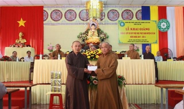TT.Thích Quảng Tánh (phải), Phó Thường trực BTS GHPGVN huyện Củ Chi trao 10 triệu đồng của BTS huyện ủng hộ cho Lớp sơ cấp Phật học