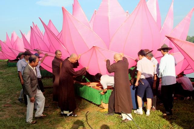 Huế: Truyền thống đặt 7 hoa sen trên sông Hương mùa Phật đản