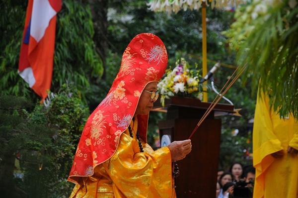 HT. Thích Huệ Ấn niệm hương bạch Phật, cử hành Nghi lễ