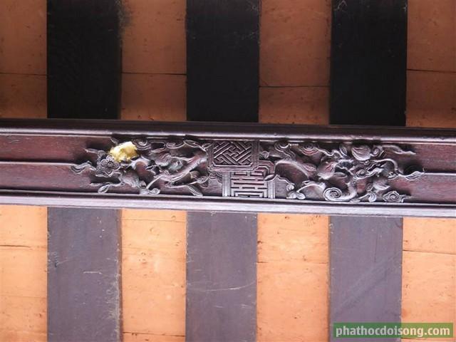 Những bức phù điêu rồng lượn tuyệt vời trên đòn tay ở đình làng Thủ Lễ