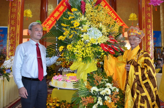 Đồng chí Nguyễn Phú Cường, Bí thư Tỉnh ủy trao tặng lẵng hoa chúc mừng Hòa thượng Thích Minh Chánh