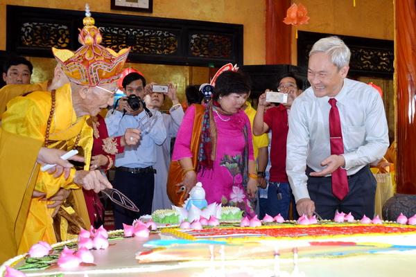 Đồng chí Bí thư Tỉnh ủy cùng cắt bánh sinh nhật với Hòa thượng Thích Minh Chánh