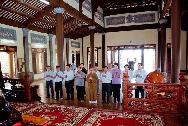 Phái đoàn nhà nước dâng hương lễ Phật tại chánh điện chùa Pháp Hoa - Gia Nghĩa