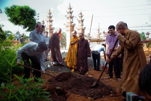 Phó Tổng Kiểm toán Nhà nước trồng cây lưu niệm tại chùa Pháp Hoa