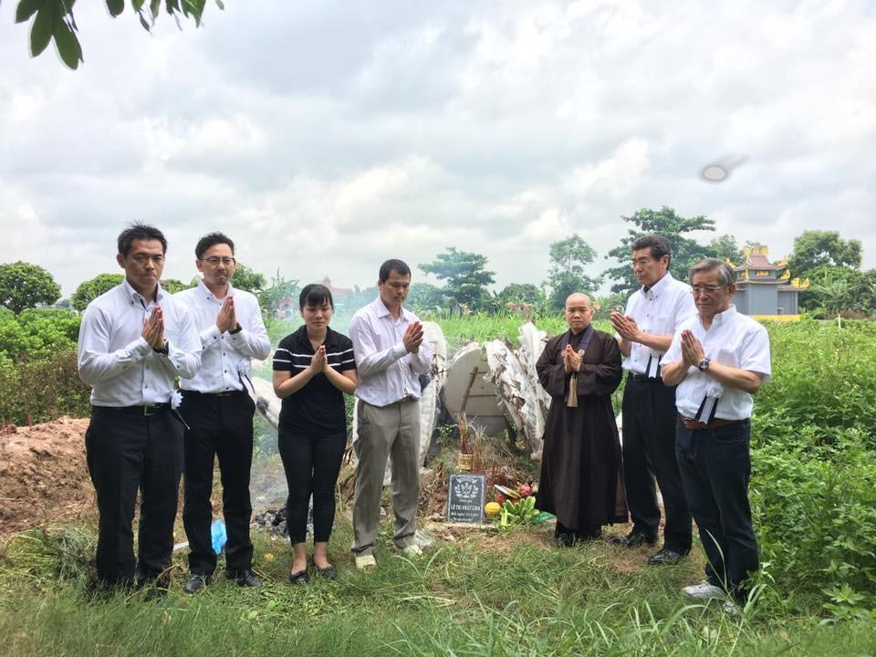Cảnh sát Nhật Bản cùng sư cô sư cô Tâm Trí viếng mộ bé Nhật Linh tại Khóa Châu