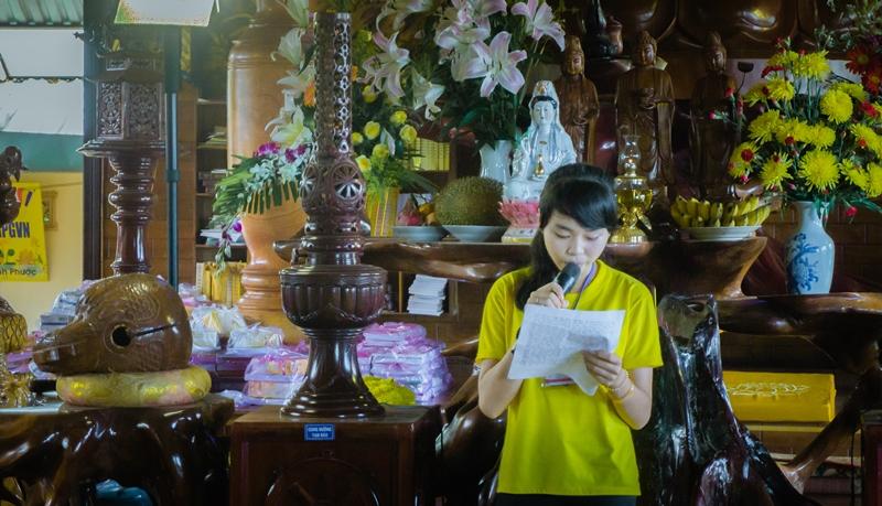 Khóa sinh Thủy Tiên pháp danh Quảng Cẩm đọc bài cảm nghĩ sau khi tu học 5 ngày tại chùa Đức Hạnh